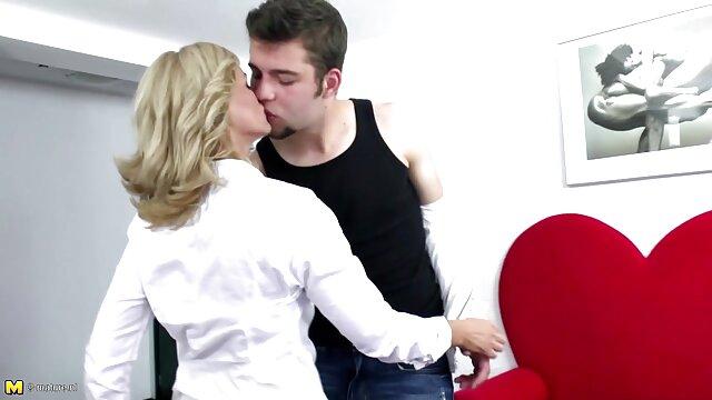 Une superbe brune prend un bain sexy film francais x gratuit avec un mec affamé de sexe
