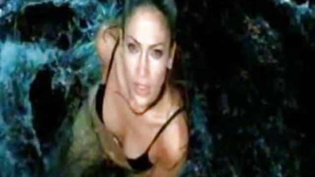 Plantureuse salope utilise ses seins video porno streaming français pour branler un mec