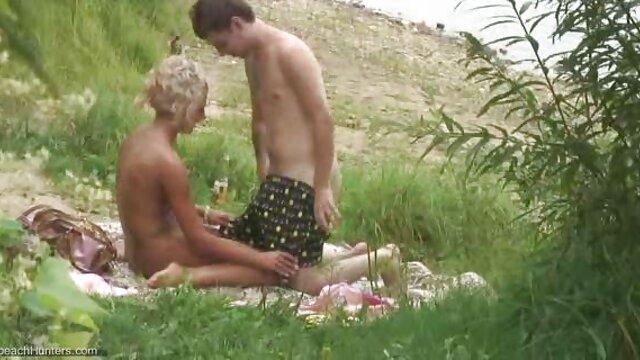 Babe à genoux suce une bite avant de monter film porno francais complet streaming sur le dessus